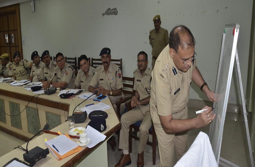 Bharatpur news:  डीआईजी ने विद्यार्थियों की तरह पुलिस अधिकारियों की ली क्लास