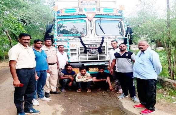 पुलिस ने गोतस्करों को दबोचा, गाड़ी मालिक के खिलाफ मामला दर्ज