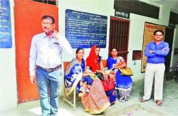 मध्याह्न भोजन: इधर शिक्षक को ग्रामीण ने पीटा, उधर मुर्गा बनाने वाले शिक्षकों पर हुई कार्रवाई