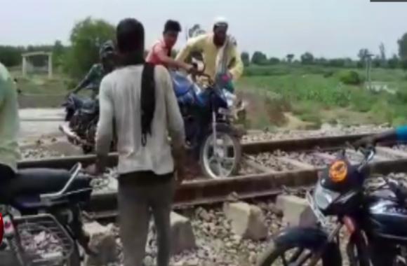 VIDEO: रेलवे क्रॉसिंग पर अचानक फंसी यात्रियों से भरी बस, जानिए फिर क्या हुआ