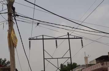 झूलते खतरों से विद्युत निगम बन रहा अनजान