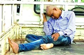 दारू पीकर राशन कार्ड शिविर में पहुंचा पंचायत सचिव, नशे में सोते देख गुस्साए ग्रामीणों ने कर दिया बुरा हाल