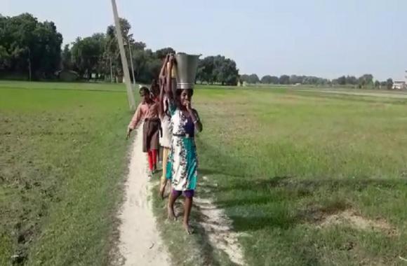 एक हैंडपंप के लिए तरस रहे दलित बस्ती के लोग,पेयजल के लिये जाना होता है एक किलोमीटर