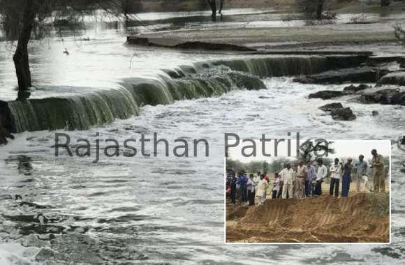 Watch : चूरू के गाजसर गांव में आफत बनकर टूटी गैनाणी, खेत और घरों में घुसा पानी, छतों पर पहुंचे लोग