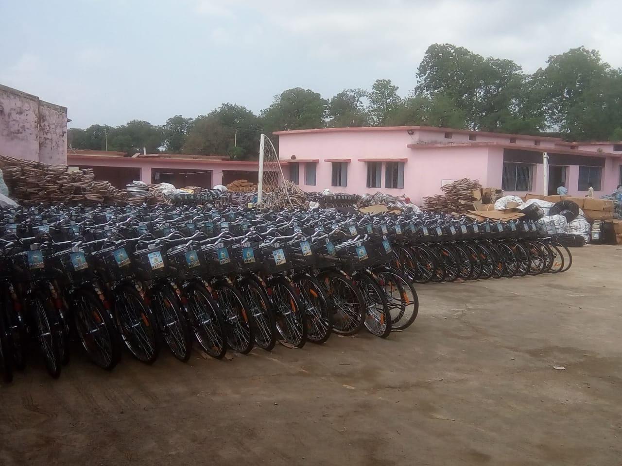 स्कूल मैदान व सुविधाघर के सामने लगा साइकिलों का अंबार