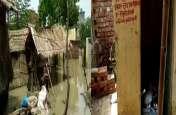 बारिश के पानी से कई कच्चे मकान धराशाई, सरकारी शौचालय में रखा है लोगों का जरूरी सामान