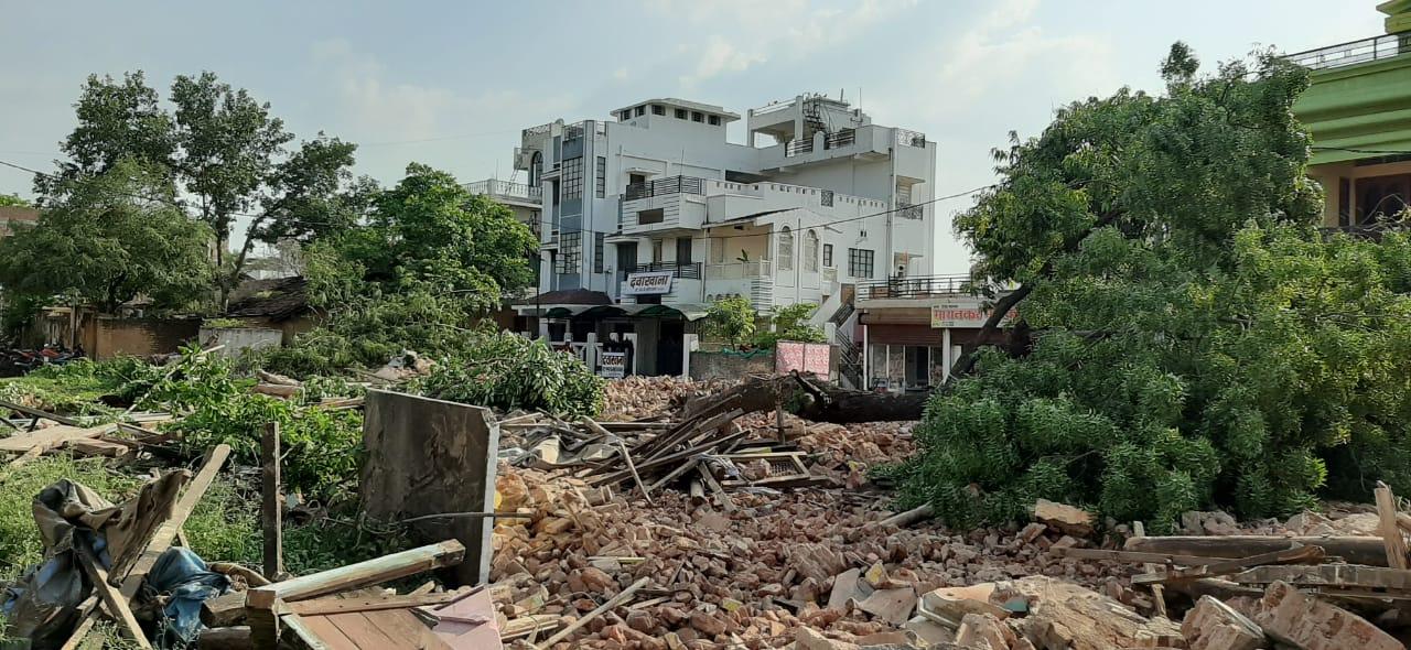 नया थाना भवन बनाने के लिए बिना अनुमति काट दिए  पेड़