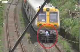 ट्रेन रोककर हल्का हो रहा था मोटरमैन, वीडियो हो गया वायरल