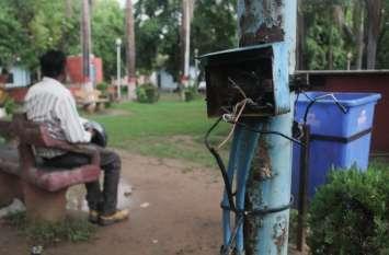 पार्कों में खुले पड़े हैं बिजली के तार, जिम्मेदारों को नहीं है लोगों की परवाह