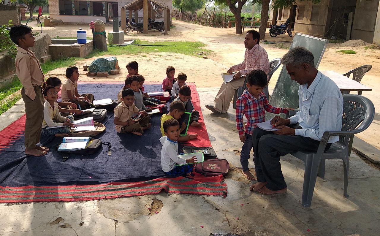 जयपुर में 15 साल से पेड़ के नीचे चल रही पाठशाला