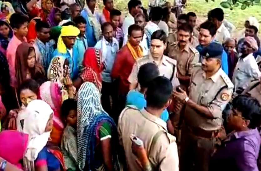 सोनभद्र नरसंहार: पोस्टमार्टम के बाद भी पुलिस नहीं दे रही मृतकों के शव