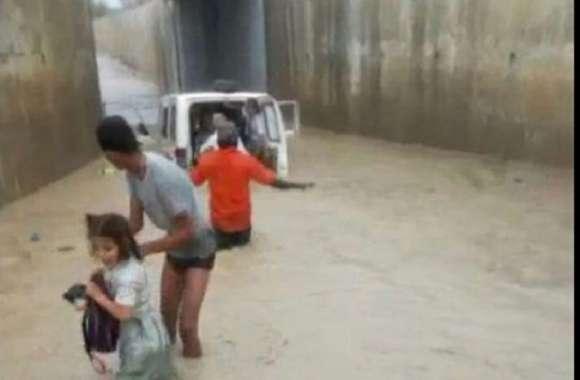 #chaksu news: अण्डरपास में भरे पानी में फंसा स्कूली वाहन, बच्चों में मची चीख पुकार