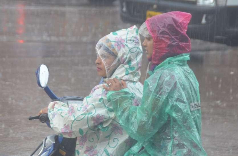 फोटो गैलरी: पूरे 15 दिन तक रूठेबादल सावन के दूसरे दिन गुरुवारकी शाम बरस पड़े। मात्र आधे घंटे