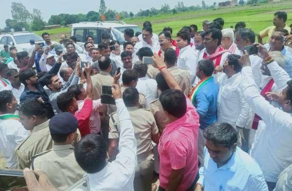 प्रियंका गांधी के बाद सपा प्रतिनिधिमंडल को भी उभ्भा गांव जाने से रोका गया
