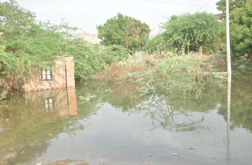 घरों में घुसा नाले का गंदा पानी, लोगों का बाहर निकलना मुश्किल