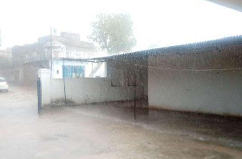 तेज हवाओं के साथ बरसी राहत की बारिश