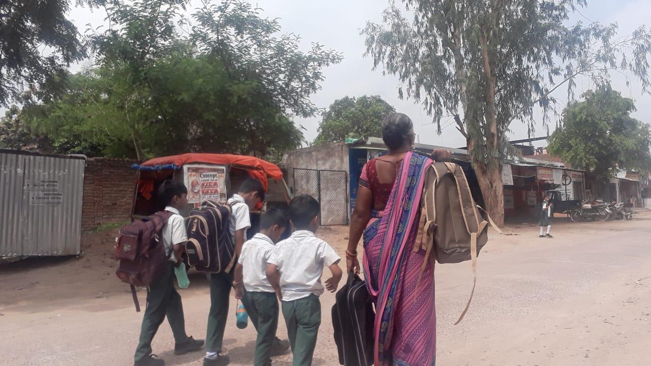 आखिर क्यों भारी-भरकम स्कूली बैग का बोझ लादकर स्कूल जा रहे मासूम...  जाने हकीकत