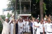 Priyanka Gandhi Vadra को सोनभद्र में रोके जाने पर भड़के कांग्रेसी, योगी सरकार के खिलाफ किया प्रदर्शन