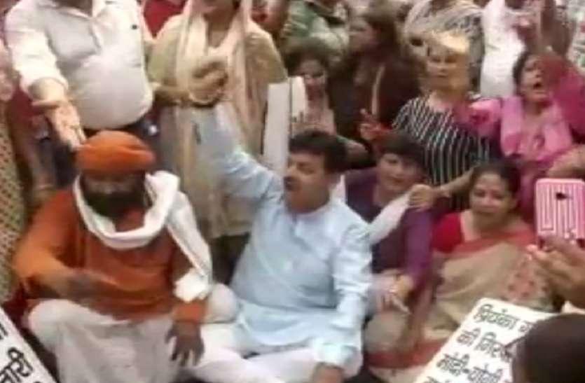 यूपी पुलिस ने प्रियंका गांधी को हिरासत में लिया, दिल्ली सहित कई शहरों में कांग्रेस कार्यकर्ता सड़क पर उतरे