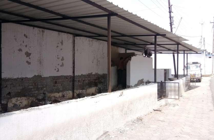 ढाई साल पहले ढाई लाख रुपए खर्च किए थे, काम नहीं आया तो तोड़ रहे शौचालय