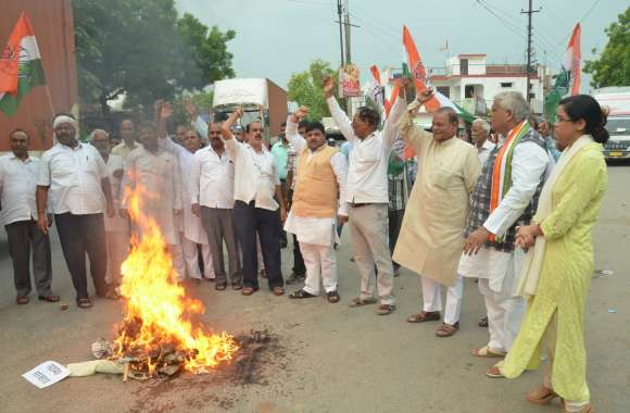 प्रियंका गांधी को गिरफ्तार करना प्रदेश सरकार का अमानवीय - तानाशाही रवैया