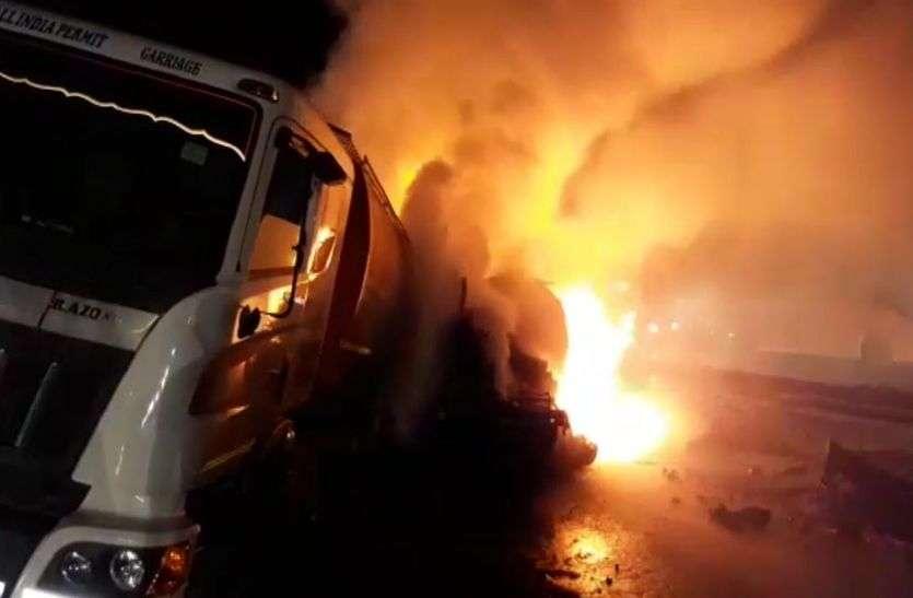 अलवर में नेशनल हाइवे 8 पर तीन ट्रकों में भिड़ंत, टक्कर के बाद आग से ट्रक जलकर राख, 10 किलोमीटर लंबा जाम लगा