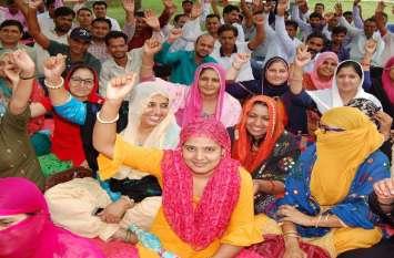 नियमित करने की मांग को लेकर जिले के 50 मदरसा स्कूलों में पढ़ाने वाले 143 पैराटीचर्स रहे अवकाश पर