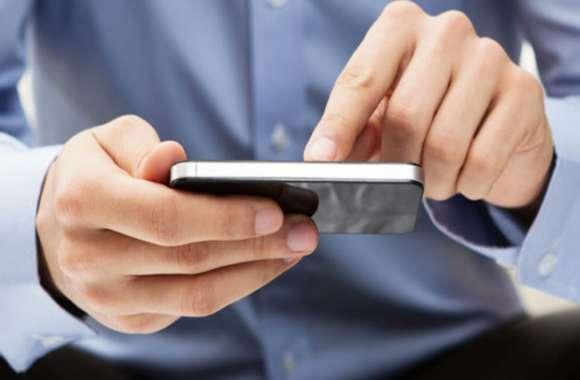 ग्रामीणों ने लगाए शिक्षक पर गंभीर आरोप, कहा पढ़ाई की जगह करते हैं मोबाइल का इस्तेमाल