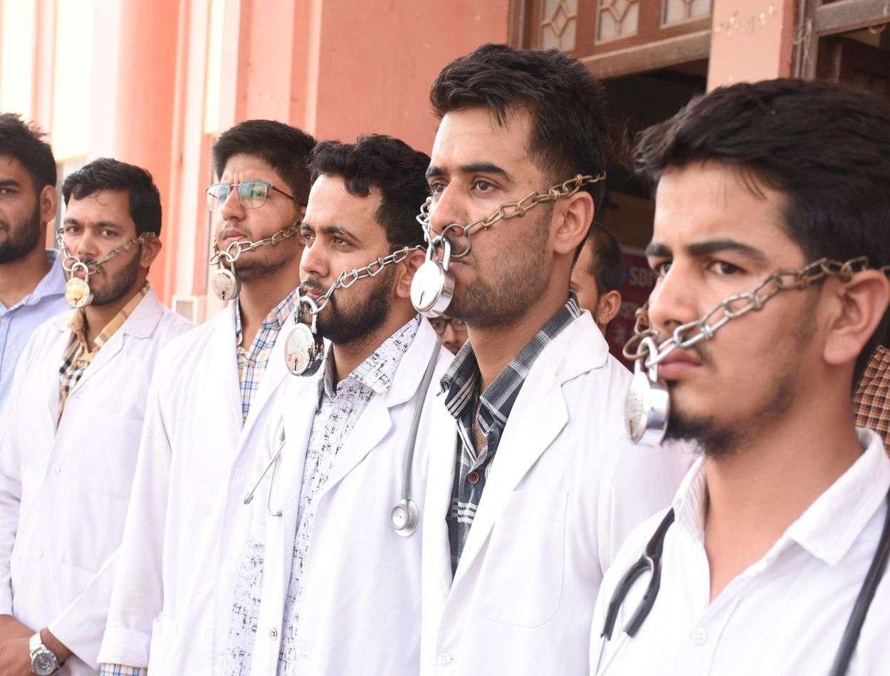 bikaner- medical students protest against fee increment