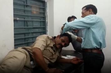 Breaking :  आरोपियों को पकडऩे गई पुलिस पर लोगों ने बरसाए पथ्थर, पांच पुलिस कर्मी घायल