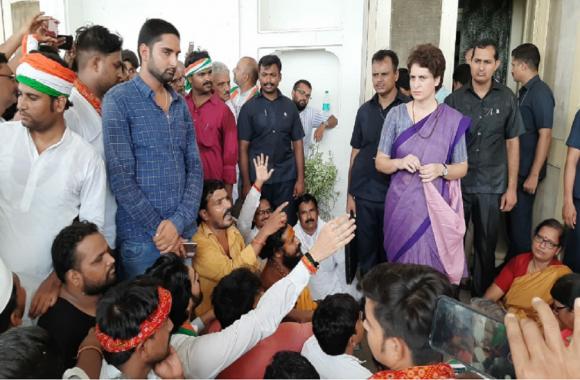 प्रियंका गांधी को मिर्जापुर पुलिस ने रोका, तो धरने पर बैठी कहा मैं सोनभद्र जाकर रहूंगी