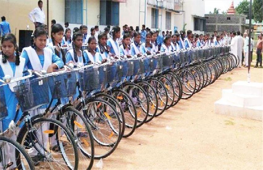 स्कूल तो शुरू हो गए पर छात्राओं को अब तक नहीं मिली साइकिल