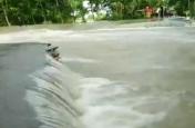 VIDEO: असम में बाढ़ से जनजीवन बेहाल, कई सड़कें टूटीं