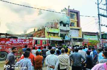 शूज व गारमेंट्स गोदाम में लगी आग, लाखों का माल खाक