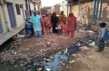टीकमगढ़ में नगर पालिका ने किया ऐसा विकास, कि बारिश में अपने घर छोड़ रहे लोग