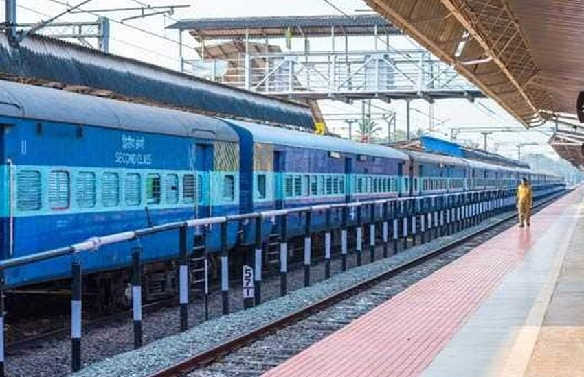 रेलवे का दावा : लंबी कतार के बावजूद अब पांच मिनट में आपके हाथ में टिकट
