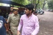 Video: Meerut College में दिनदहाड़े जमकर चलीं गोलियां, हाॅस्टल की तलाशी में यह आपत्तिजनक काम करते मिले युवक