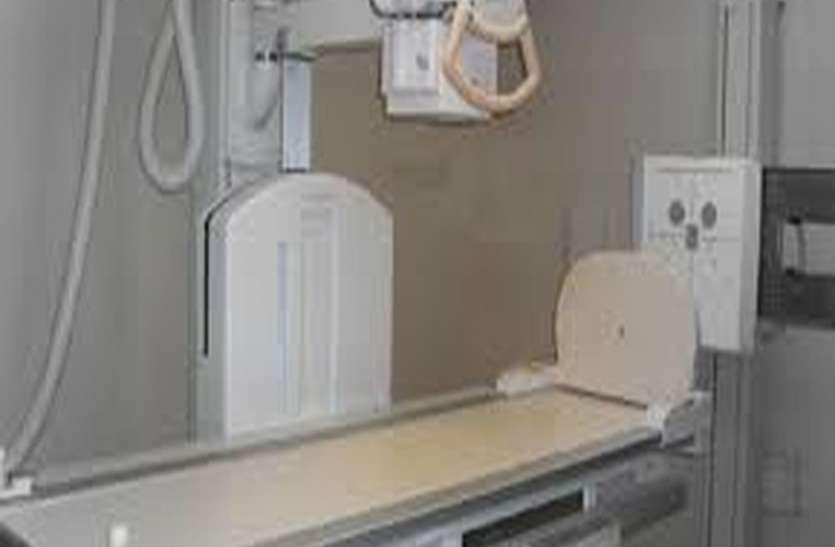 5 साल पहले खरीदी एक्स-रे मशीन, कमरे में कैद