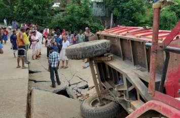 अमेडा - बगदरा मार्ग पर बना पुल हुआ जमींदोज