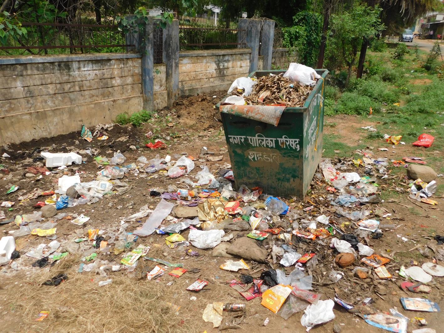 नगर की सफाई व्यवस्था बेपटरी, जगह जगह कचरे का ढ़ेर