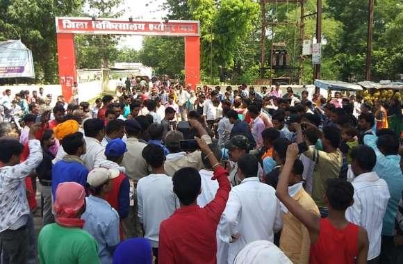 मरीज की मौत पर परिजनों ने लगाया जाम,पुलिस ने किया लाठीचार्ज  तो प्रदर्शनकारियों ने बरसाए पत्थर