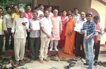भाजपा की सदस्यता दिलाने के लिए नेता पहुंच रहे घर-घर