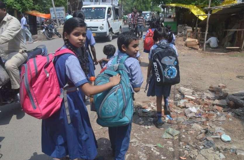 बस्ते के बोझ तले दबें स्कूली बच्चे, संभागायुक्त का निर्देश बेअसर, देखिए तस्वीरों में