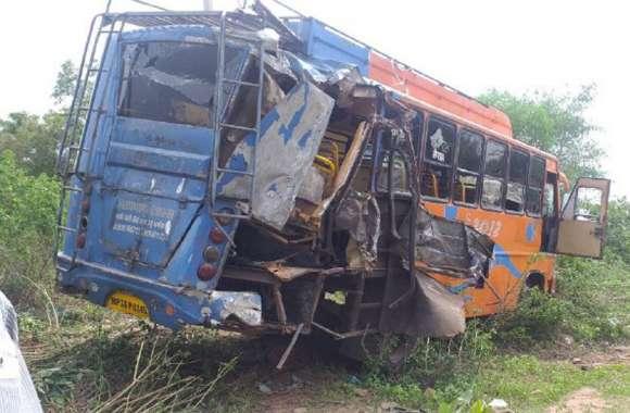 bus accident ; यात्री बस को तेज रफ्तार डंपर ने मारी टक्कर, छह घायल