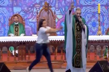 VIDEO: पादरी का बयान- 'मोटी लड़कियां स्वर्ग नहीं जाती', गुस्से से लाल लड़की ने स्टेज से दिया धक्का