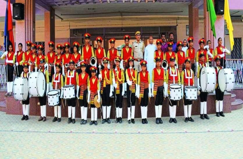 स्कूली बच्चों ने बनाया अपना बैंड, बजाई देश भक्ति की धुन