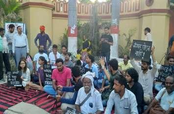 सोनभद्र नरसंहार पर छात्रों का BHU गेट पर प्रदर्शन, सीएम योगी पर साधा निशाना