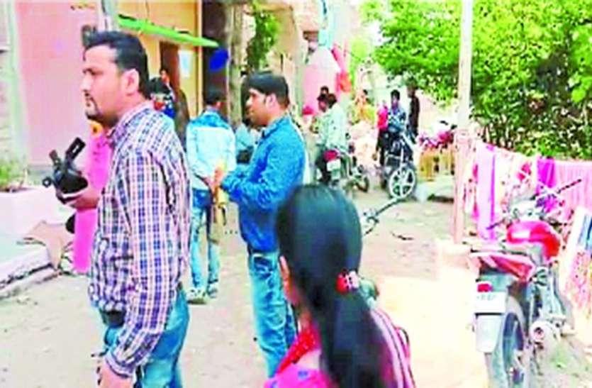 बिजली चोरी पकडऩे पहुंची टीम, पत्नी को किया आगे, महिला बोली- अंदर मत आना