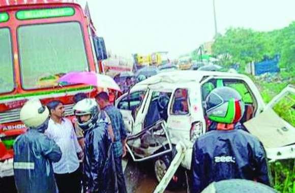 गैस टैंकर से टकराई कार, पांच की मौत
