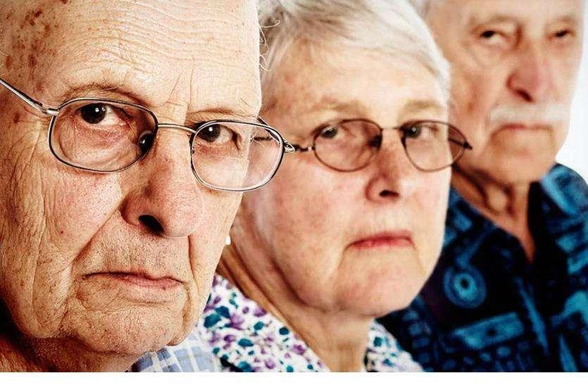 रिटायर बुजुर्ग जिंदगी के आखिरी दशक में होते हैं खाली हाथ
